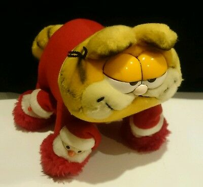 1981 DAKIN SANTA GARFIELD WITH SLIPPERS on PAWS