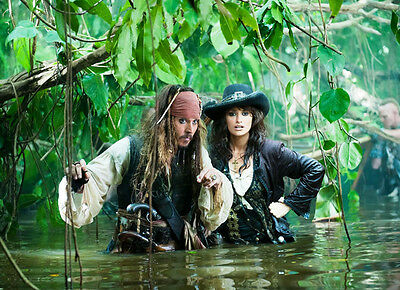 Penelope Cruz and Johnny Depp UNSIGNED photo - G936 - Pirates of the Caribbean