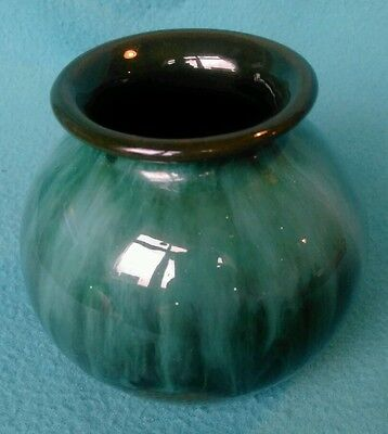 VINTAGE small cute green vase Blue Mountain Pottery/BMP Canada.