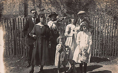 1910s RP POSTCARD ~INTERESTING FAMILY GROUP~ (GYPSY?) WOMAN PLAYS VIOLIN/FIDDLE
