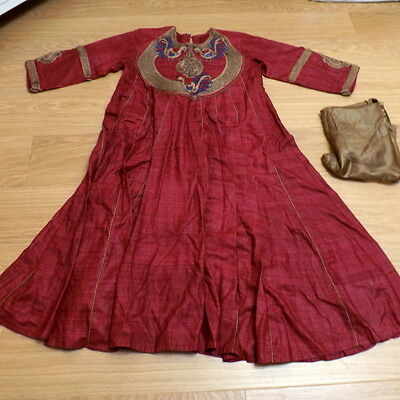 Shalwar kameez. Long Indian tunic. Red silk and embroidered. With long dupatta.