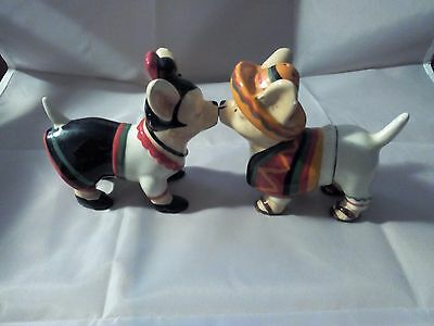 Kissing Chihuahua Salt and Pepper