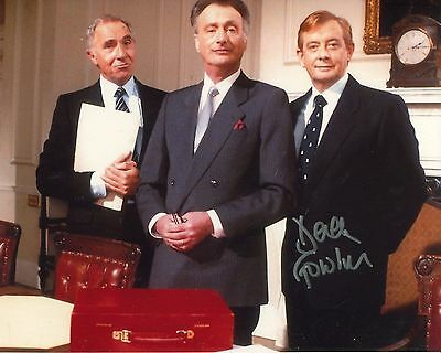 Actor Derek Fowlds signed YES MINISTER 8x10 photo