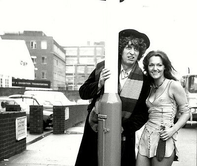 Tom Baker and Louise Jameson UNSIGNED photo - H2478 - Doctor Who