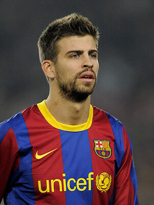 Gerard Pique UNSIGNED photo - H2630 - Spanish professional footballer