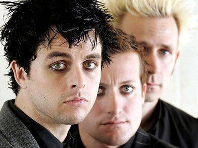Green Day UNSIGNED photo - H2644 - Billie Joe Armstrong, Mike Dirnt & Tré Cool