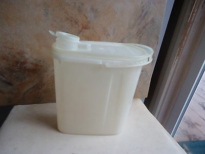 Tupperware Vintage 2qt Oval Pitcher with Handle Cream Color 567-2