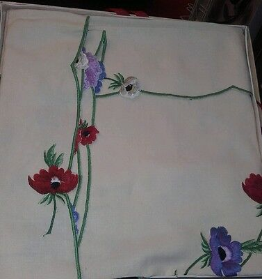 "Beautiful vintage anenome embroidery 42"" table / ocasional cloth with 4 napkins"
