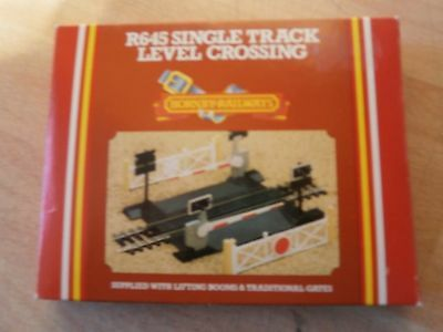 Hornby R645 Single Track Level Crossing New