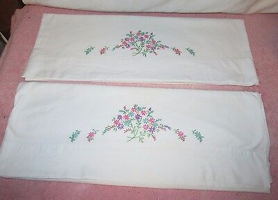 Vtg Pair Cotton Pillowcases w/Embroidered Daisy Flowers - d