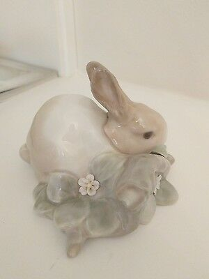 LLADRO VINTAGE FIGURINE RABBIT EATING easter bunny