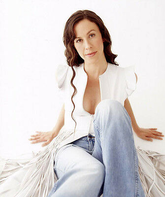Alanis Morissette UNSIGNED photo - H5352 - Musician, record producer and actress