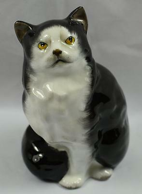 Royal Doulton Persian Cat - Seated, Style One. Model HN 999