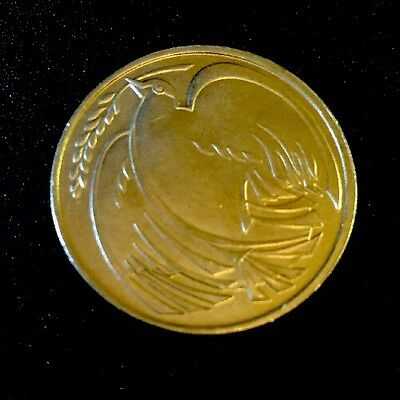 1995 Dove of Peace  2 Pound coin WW2  50 yr commemorative Coin Mint Condition.