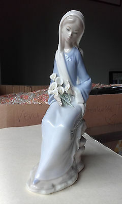 Ladro 4972 Sitting girl with lillies Figurine