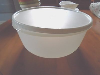 'Tupperware' large 4 litre mixing bowl with lid