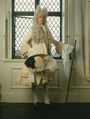 Hugh Fraser UNSIGNED photo - H6007 - The Draughtsman's Contract
