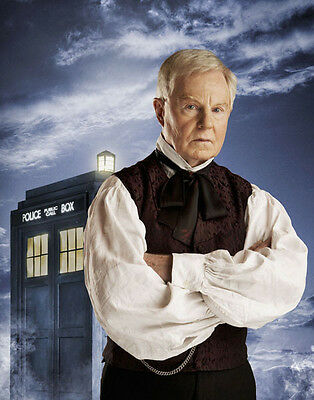 Derek Jacobi UNSIGNED photo - H6154 - Doctor Who