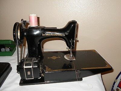 Vintage Singer Featherweight 221 Sewing Machine with CASE