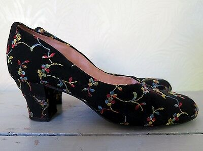 Vintage 1940s Black Floral Embroidered Court Heels Shoes. UK 4.