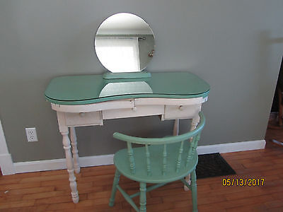 Charmant Vintage Kidney Shaped Vanity Table With Matching Chair And Mirror With  Stand.