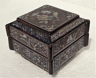 CINA (China): Old Chinese black lacquer box inlaid with mother of pearl