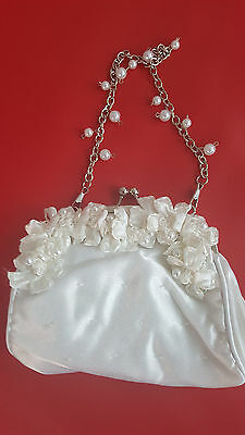 Purse White Victorian With Pearls And A Silver Chain .