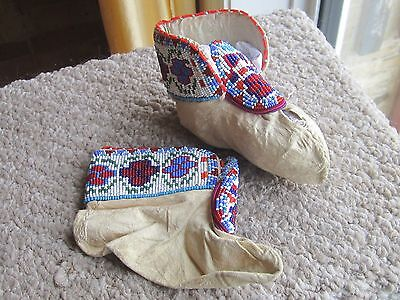 CIRCA 1930s HEAVILY BEADED BEAD BABY SLIPPERS SOUIX CREE PLAINS INDIAN MUKLUK