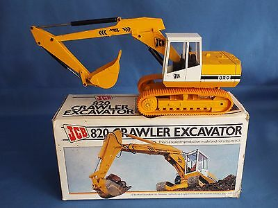 NZG No 286 is the 1.35 scale model of the JCB 820 Tracked excavator VNMB
