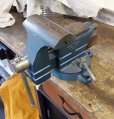 """Vintage Canadian Tire 4 1/2"""" Swivel Bench Vise W/Pipe Jaws & Anvil 99-5400-4"""