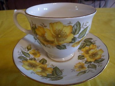 Royal Vale Scalloped Tea Cup & Saucer Set England Fine China Yellow Daisies