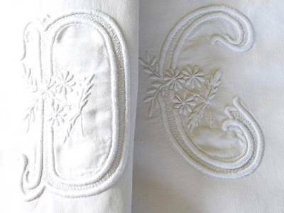 ANTIQUE FRENCH LINEN BEDSPREAD FLOWER DECORATED GIANT INITIALS DC 115x78""