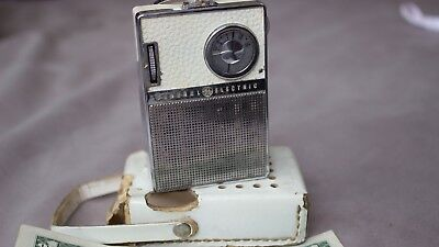 1960s vintage General Electric GE P851E WHITE AND CHROME AM TRANSISTOR RADIO