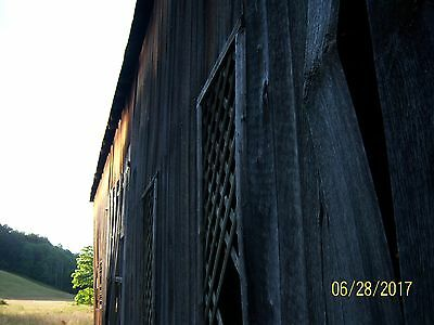 Late 1800s barn 26+56 with 2nd floor and big beams.Lots of wood in it.