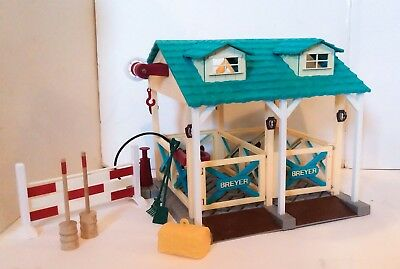 Breyer Classics Wash Stall Barn #690, Green With Red Accessories