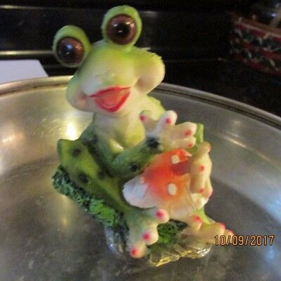 "Vintage Cute Happy Big Eyes Lady Frog sitting on Lilly Pad Figurine 7"" tall"