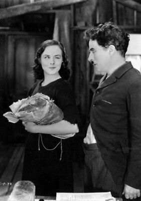 Modern Times UNSIGNED photo - K4711 - Charlie Chaplin and Paulette Goddard