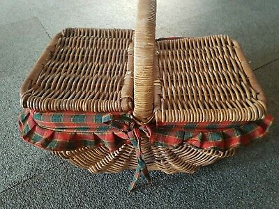 Old style picnic basket with liner