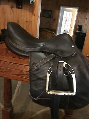 """Voltaire Stuttgart 17"""" 2015 jumping saddle excellent condition, buffalo leather"""