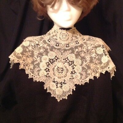 Antique Lace / Bertha Collar 1940s heirloom lace - Exquisite !!