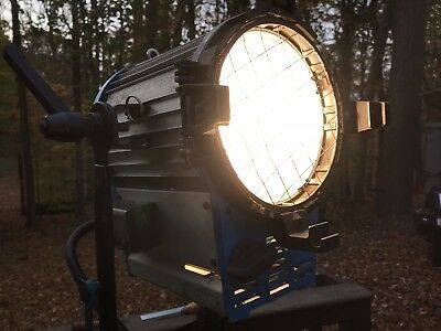 Arri 2K 2000w Studio Fresnel Tungsten Light w/ Barn Doors Bulb and Scrims Mole
