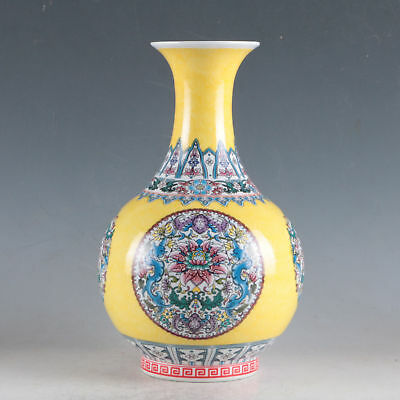 China Colorful Porcelain Hand-Painted Flowers Vase Made During The Daqing