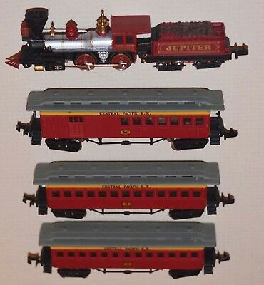 Bachmann Central Pacific 4-4-0 Engine - (3) Old-time Passenger Cars - N scale