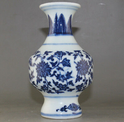 Chinese Antique Hand-painted blue and white porcelain vase  M03