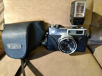 VINTAGE YASHICA MG-1 35mm FILM CAMERA with 45mm 1: 2.8 LENS/ FLASH/ CASE