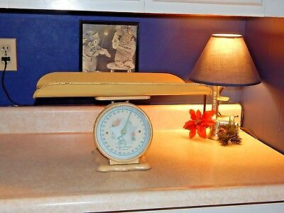 VINTAGE ca 1950 METAL BABY SCALE WITH TRAY HOME DECOR PHOTO PROP