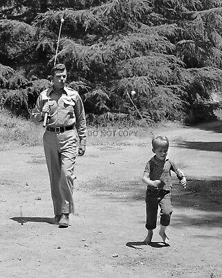 """Andy Griffith And Ron Howard In """"the Andy Griffith Show"""" - 8X10 Photo (Az731)"""