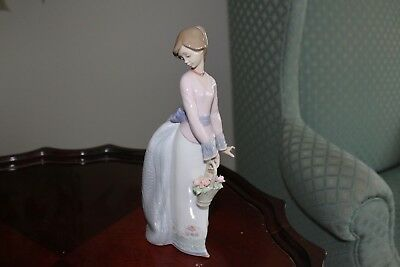 🌸 LLADRO No. 7622Basket of Love - Girl with Flower Basket - Society 1994