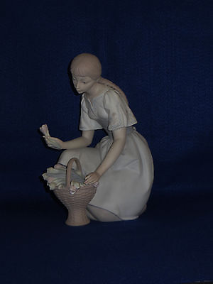 "Lladro ""girl With Tulips"" Porcelain Figurine - 3Rd Mark - #4720 - Matte- Mint"