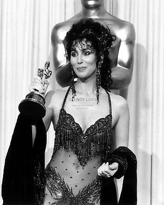 "Cher Holding Best Actress Oscar For ""Moonstruck"" - 8X10 Publicity Photo (Cc305)"